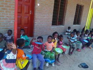 6 - Porridge matinal devant l'école